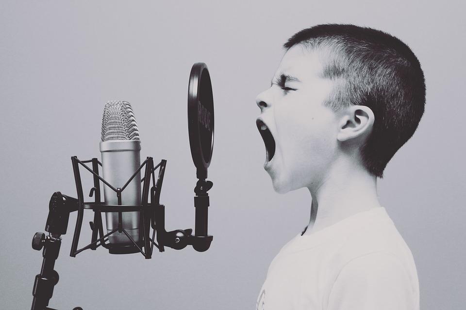 voz temblorosa al hablar en publico